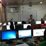専門学校で熱心に学ぶ学生